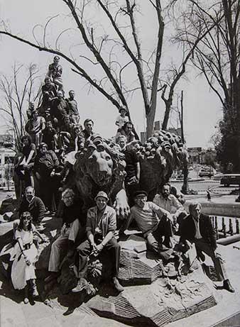 Grupo de artistas en fuente de cibeles inauguracioon de la galeriia calle Durango
