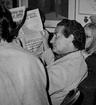 Octavio Paz leyendo el periodico